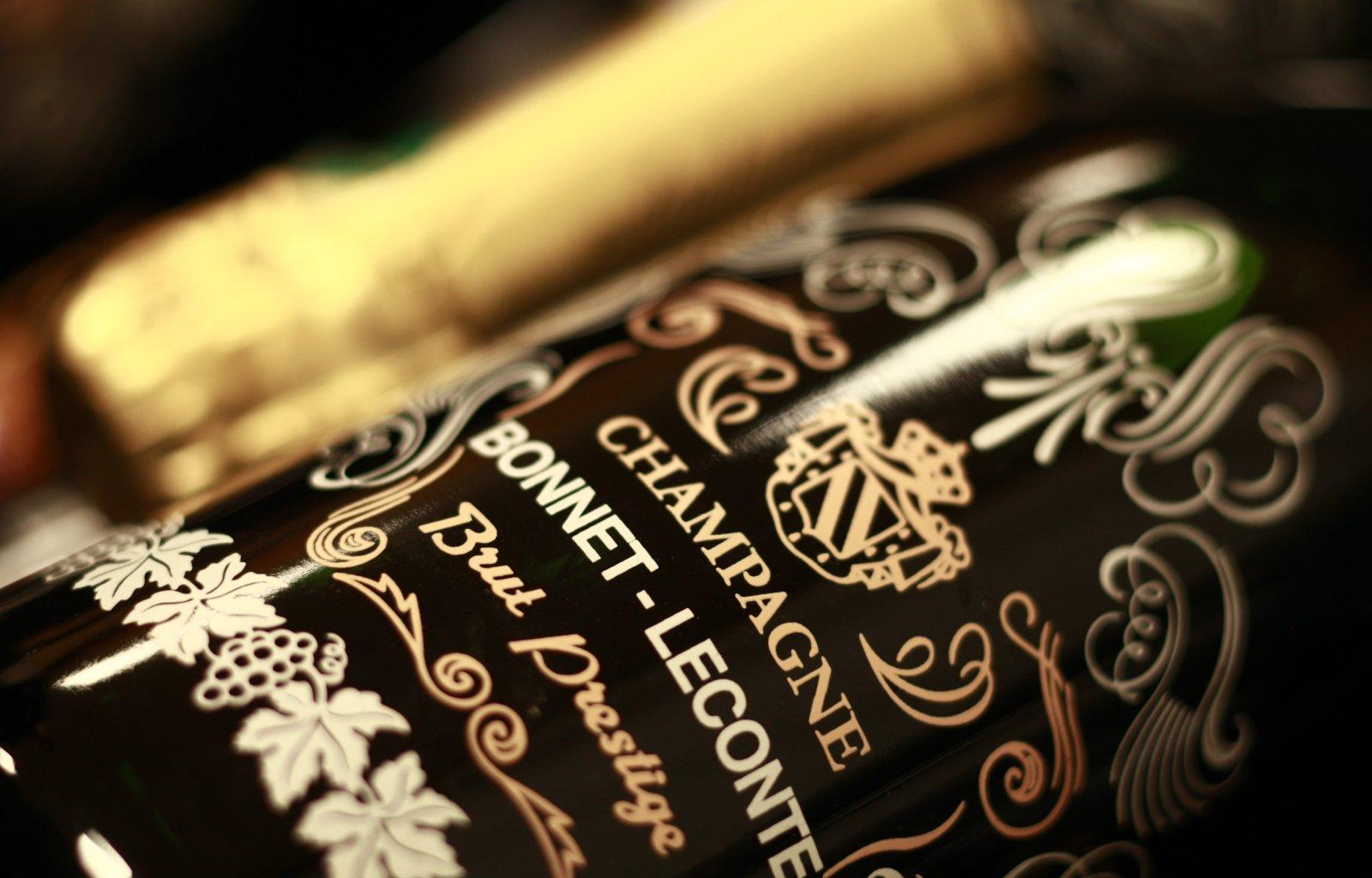 Plan rapproché sur la bouteille Prestige en sérigraphie du Champagne Bonnet-Leconte